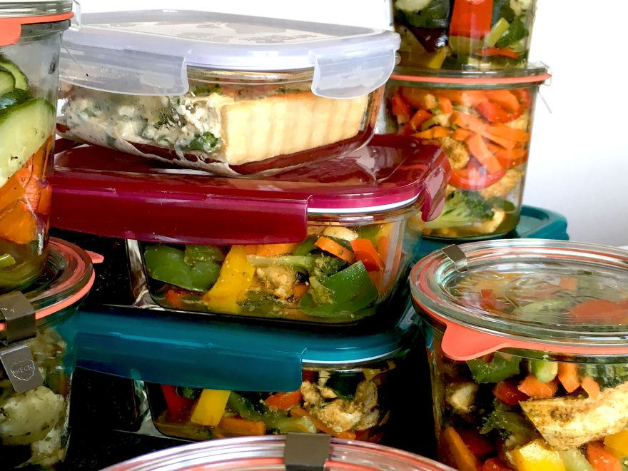 Mehrere mit Mahlzeiten gefüllte Gläser