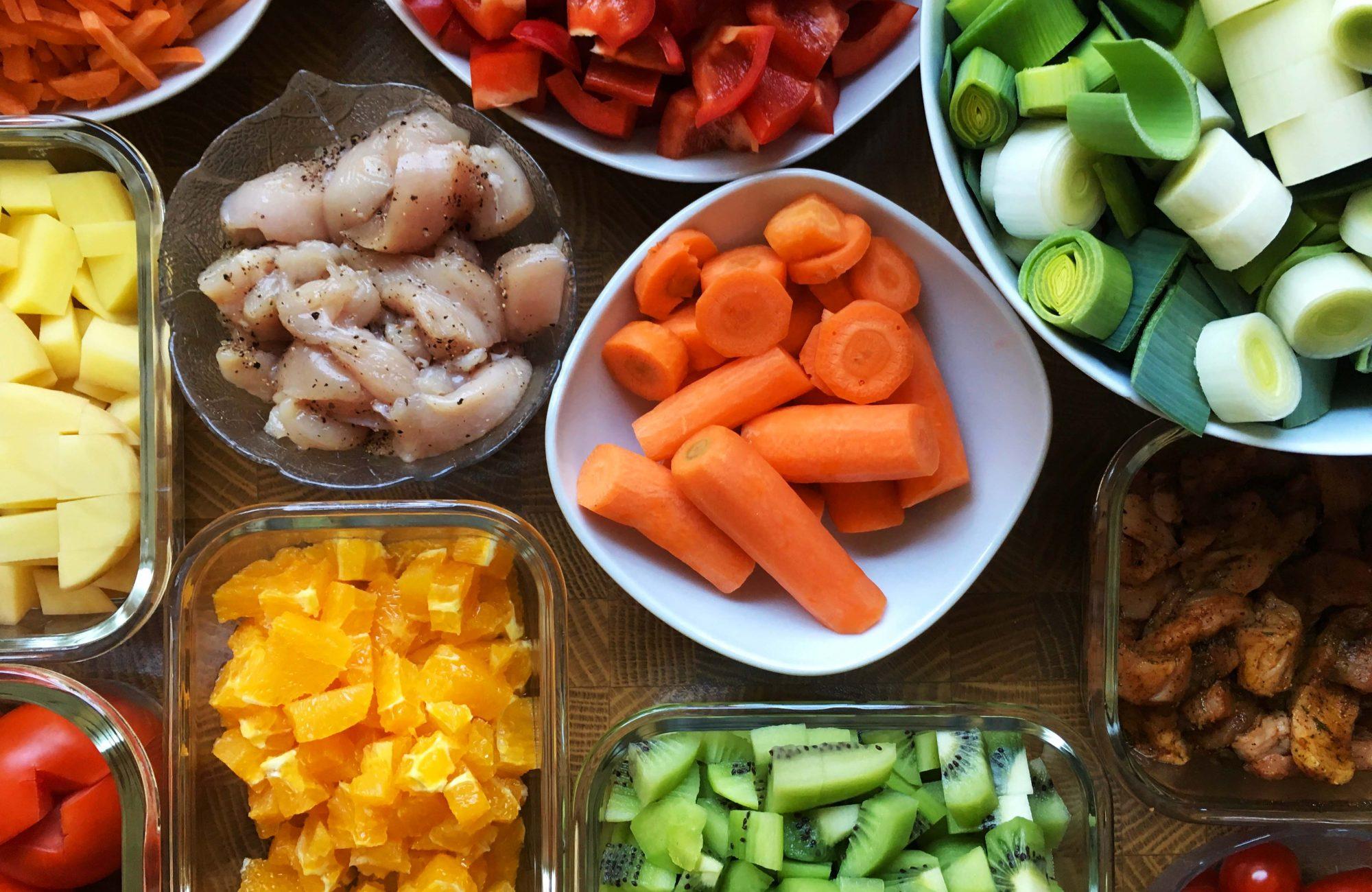 Geschnittenes Obst, Gemüse und Fleisch