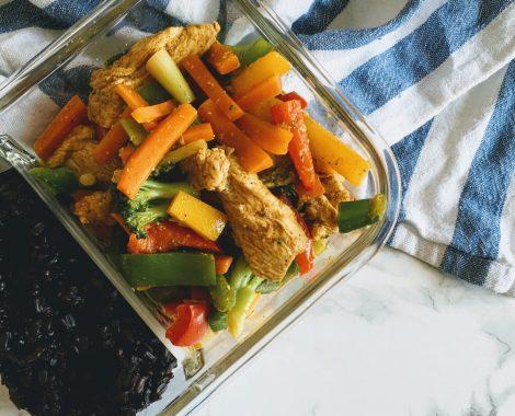 Schawarma Hähnchen auf Gemüse mit schwarzem Reis im Behälter mealpreperia.com